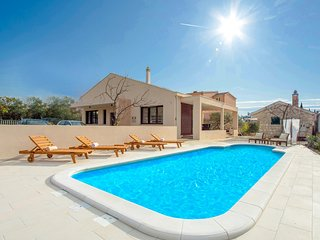 Stunning home in Kastel Stari w/ Outdoor swimming pool, WiFi and 3 Bedrooms (CDC