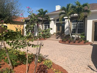 AAA - MARCO ISLAND LUXURY HOME, WALK TO THE BEACH.