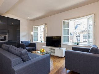2128. PRESTIGIOUS MAYFAIR AREA BY HYDE PARK AND OXFORD STREET-BEAUTIFUL 3BR FLAT