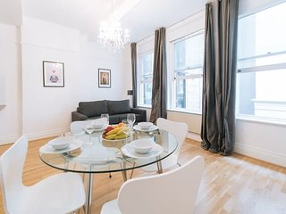 2127. CENTRAL LONDON - ST. PAUL'S - HOLBORN AREA LOVELY 1BR WITH PATIO!