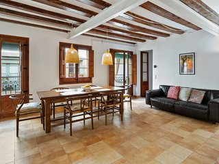 Spacious Apartment with Two Bedrooms in El Gòtic