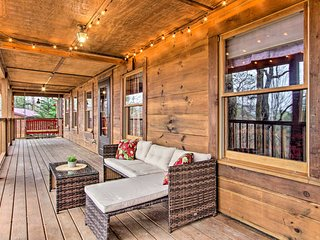 Bearfoot Hollow: Smoky Mtn. Cabin w/ 3-Level Deck!