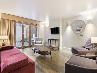 Elegant Expansive Apartment with 3-Bedrooms in Covent Garden