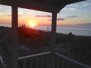 Charming Cottage on Pristine Bay Beach: 052-BD