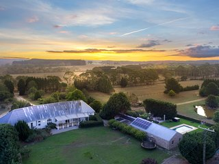 Wembley House, Southern Highlands - with 4pm Check Out Sunday!