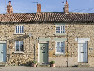 COSY COTTAGE, original features, summerhouse, centre of Pickering, Ref 963828