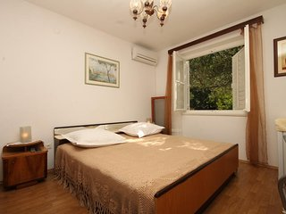 Tucepi Apartment Sleeps 2 with Air Con and WiFi - 5827097