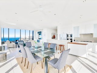 ♦️ Solaire – Ultimate Top Floor 4 Bedroom Penthouse — We Accommodate