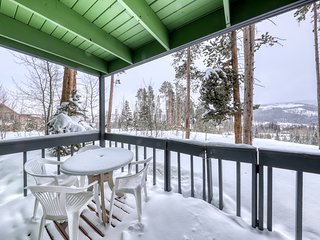 Peaceful mountain condo w/fireplace, porch & grill. Close to bus stop & town!
