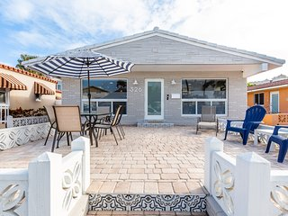 Grant Beach House - Steps away from the sand & FREE parking!