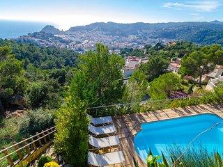 Tossa de Mar Villa Sleeps 9 with Pool and Free WiFi - 5509205