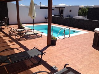 Playa Blanca Villa Sleeps 6 with Pool and WiFi - 5630200