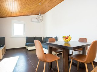 Njivice Apartment Sleeps 5 with Air Con and WiFi - 5793318