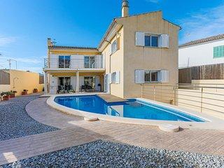 Modern and elegant villa near the coast in a quiet area.