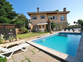 Lloret de Mar Villa Sleeps 12 with Pool and Free WiFi - 5509585