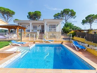Franciac Villa Sleeps 8 with Pool and Free WiFi - 5509331