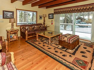 Cozy Pines Retreat Knotty Pine 3 BR Central Chalet / Walk To Lake