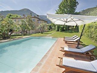 Sant'Andrea di Compito Villa Sleeps 12 with Air Con and WiFi - 5637536