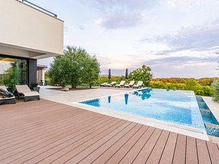 Modern 5 bedroom villa with pool