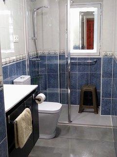Cuarto de baño recien reformado. Plato de ducha, lavabo y WC nuevos.