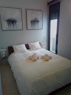 Habitación principal con cama grande.