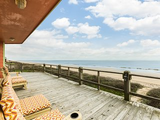 Oceanfront home w/fireplace, large deck, private balcony, dogs ok-on the beach!