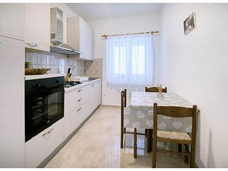 Metajna Apartment Sleeps 4 with Air Con and WiFi - 5811469