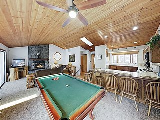 Amazing Alpine Retreat | Private Hot Tub & Pool Table | Walk to Bear Mountain