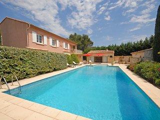 Peypin-d'Aigues Villa Sleeps 10 with WiFi - 5238402