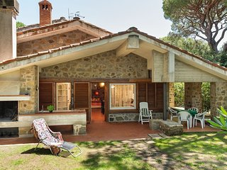 Roccamare Holiday Home Sleeps 8 with Air Con and WiFi - 5809408