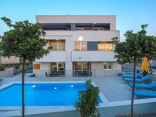 Novalja Apartment Sleeps 6 with Pool and Air Con - 5789899