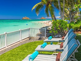 Walker's Lanikai Beach House~Oceanfront restored Historic home