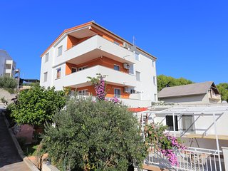 Okrug Gornji / Liveli Apartment Sleeps 6 with Pool and Air Con - 5777784