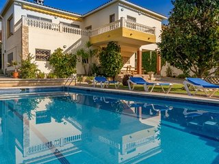 Lloret de Mar Villa Sleeps 6 with Pool and Free WiFi - 5508921