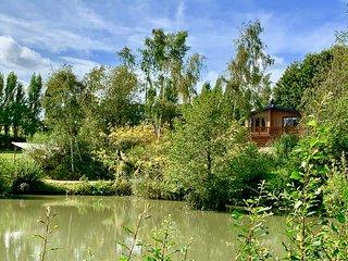 Stunning Family Friendly Lake side Lodge. Sleeps 4, close to Ryde