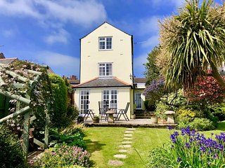 Immaculate 3 bed Cowes Cottage, Solent Views, Sleeps 6, Plus Parking.