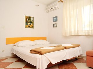 Promajna Apartment Sleeps 3 with Air Con and WiFi - 5606390