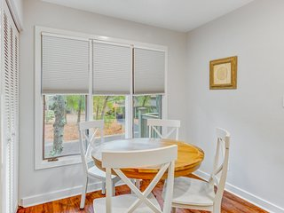 Scenic view cottage w/ grill & Free Wifi - just a short walk to the beach & park