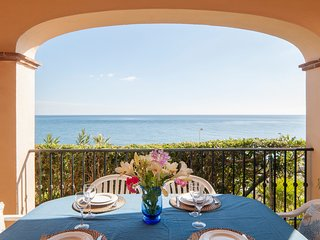Cosy Beachfront 2-BR 2-BA Apartment w/ Large Sea View Terrace w/ Pools