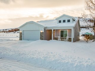 Modern, spacious home w/access to shared pool - close to Bear Lake State Park!