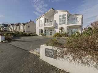SEAVIEW, first floor apartment, open plan, WiFi, pet-friendly, in Benllech, Ref