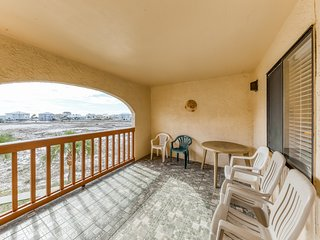 Cozy coastal condo w/ a furnished balcony, shared pool, & easy beach access