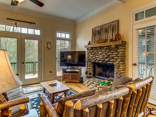 Forest view home w/ wood-burning fireplace and shared pool - close to lake!