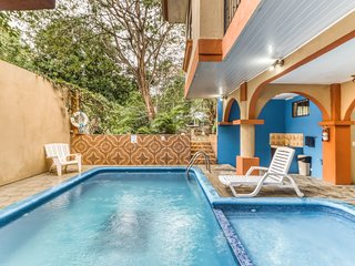 Hotel room w/great location, A/C, and shared outdoor pool! Walk to the beach!