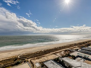NEW LISTING! Oceanfront condo w/double balconies, pools, sauna & ice rink!
