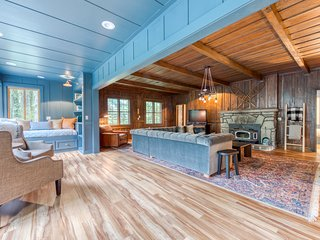 Classic dog friendly riverfront cabin w/private hot tub & wood-burning fireplace