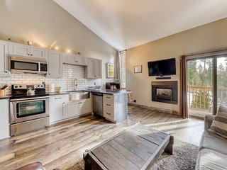 Comfortable condo w/ gas fireplace and shared pool and hot tub!