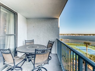 Inviting condo near the beach w/shared pools, hot tub, tennis, & fishing pier!