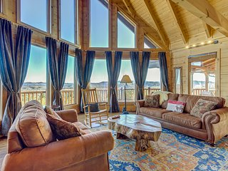 Luxurious lodge w/ private hot tub & amazing mountain views!