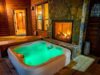 ULTRA LUXURY HONEYMOON CABIN, Sunken Hot Tub, Outside Wet Bar, On Creek